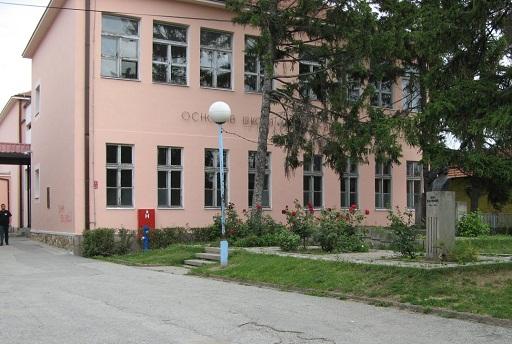 Kragujevac, osnovna Skola Moma Stanojlovic, spomenik Zora Radulovic