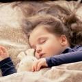 devojcica-spava-dete