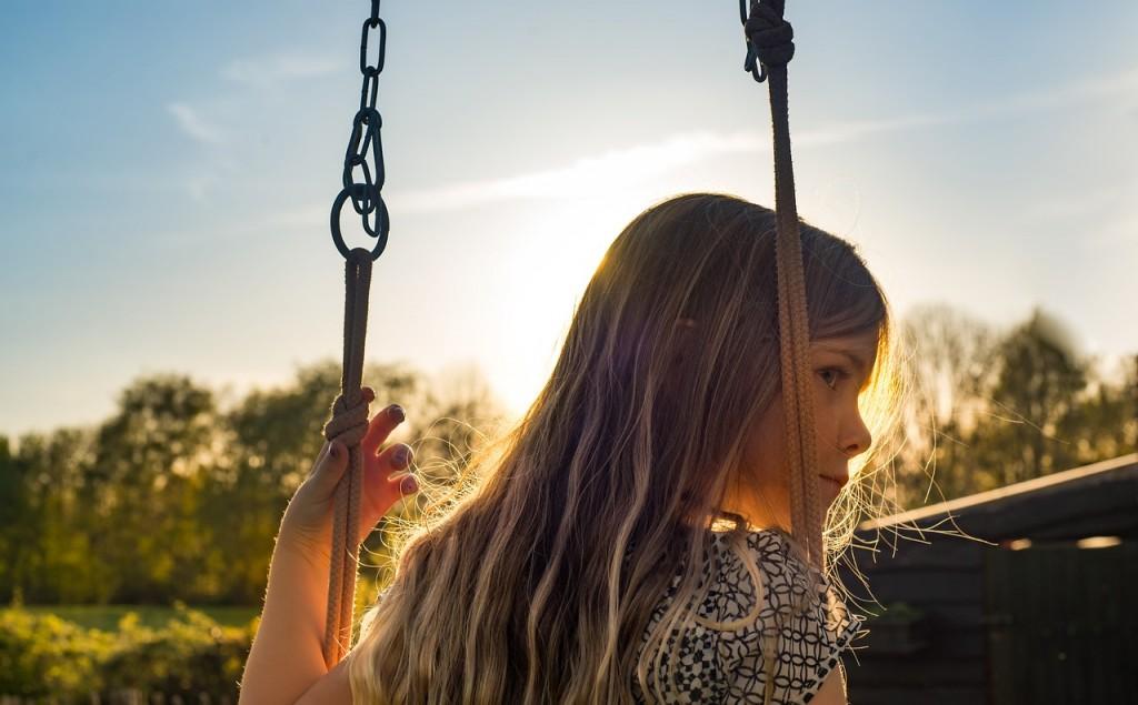 devojcica na ljuljasci