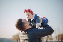 Da li se očevi drugačije ophode prema sinovima i ćerkama?