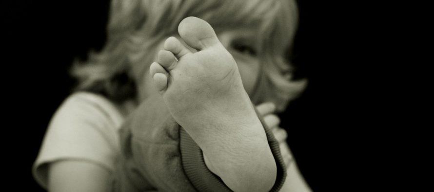 Kako prepoznati i lečiti ravna stopala kod mališana?