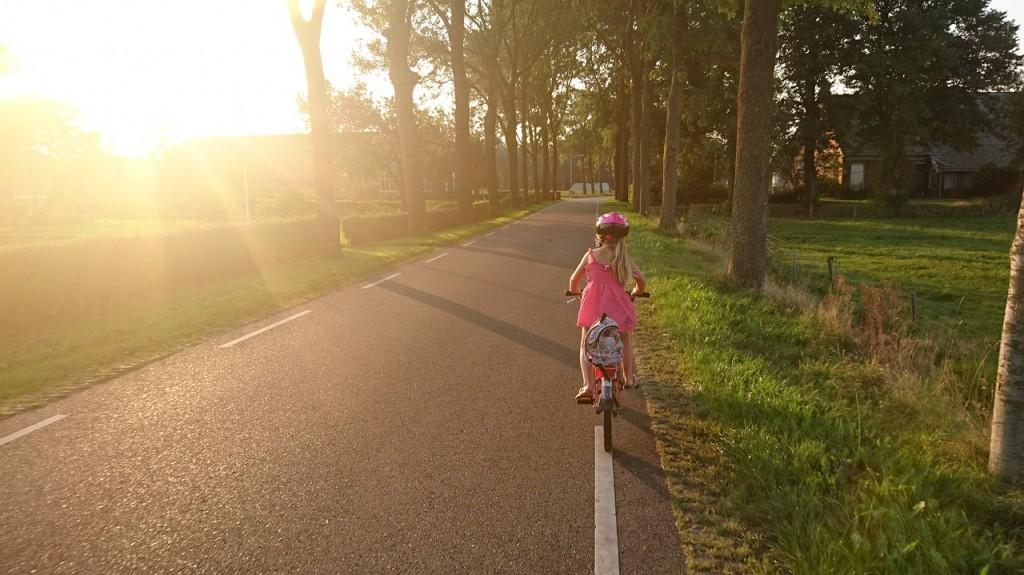 devojcica vozi bicikl