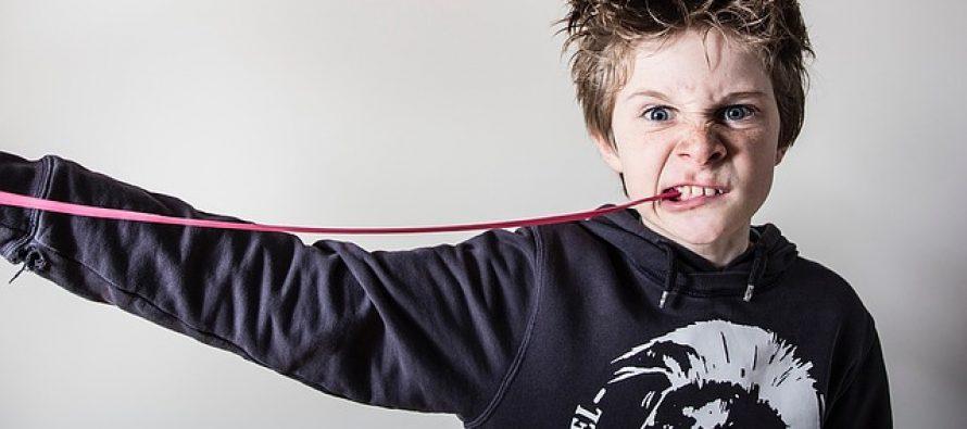 Sjajni trikovi kako da skinete zalepljenu žvakaću gumu sa odeće ili iz kose